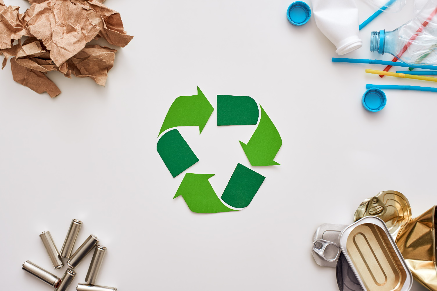 Depositphotos_232201154_xl-2015_Čtyři druhy odpadků. Baterie, canns, papíru a plastu v rozích_small