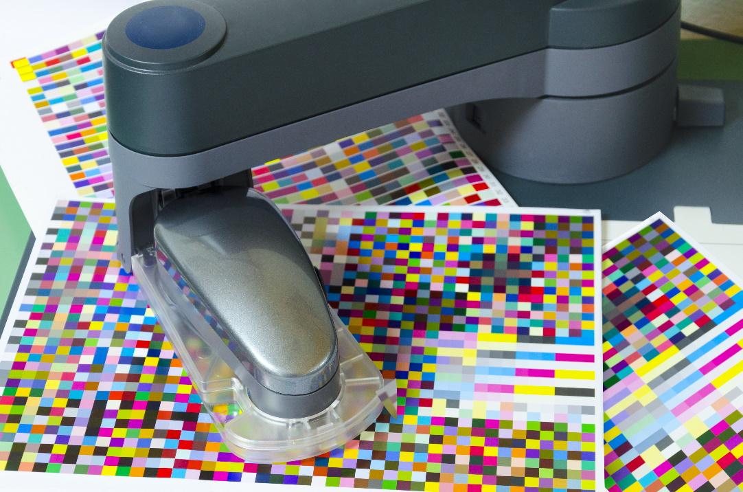 Depositphotos_48254305_xl-2015_Spektrofotometr robota opatření barevné skvrny na testovací arch_small